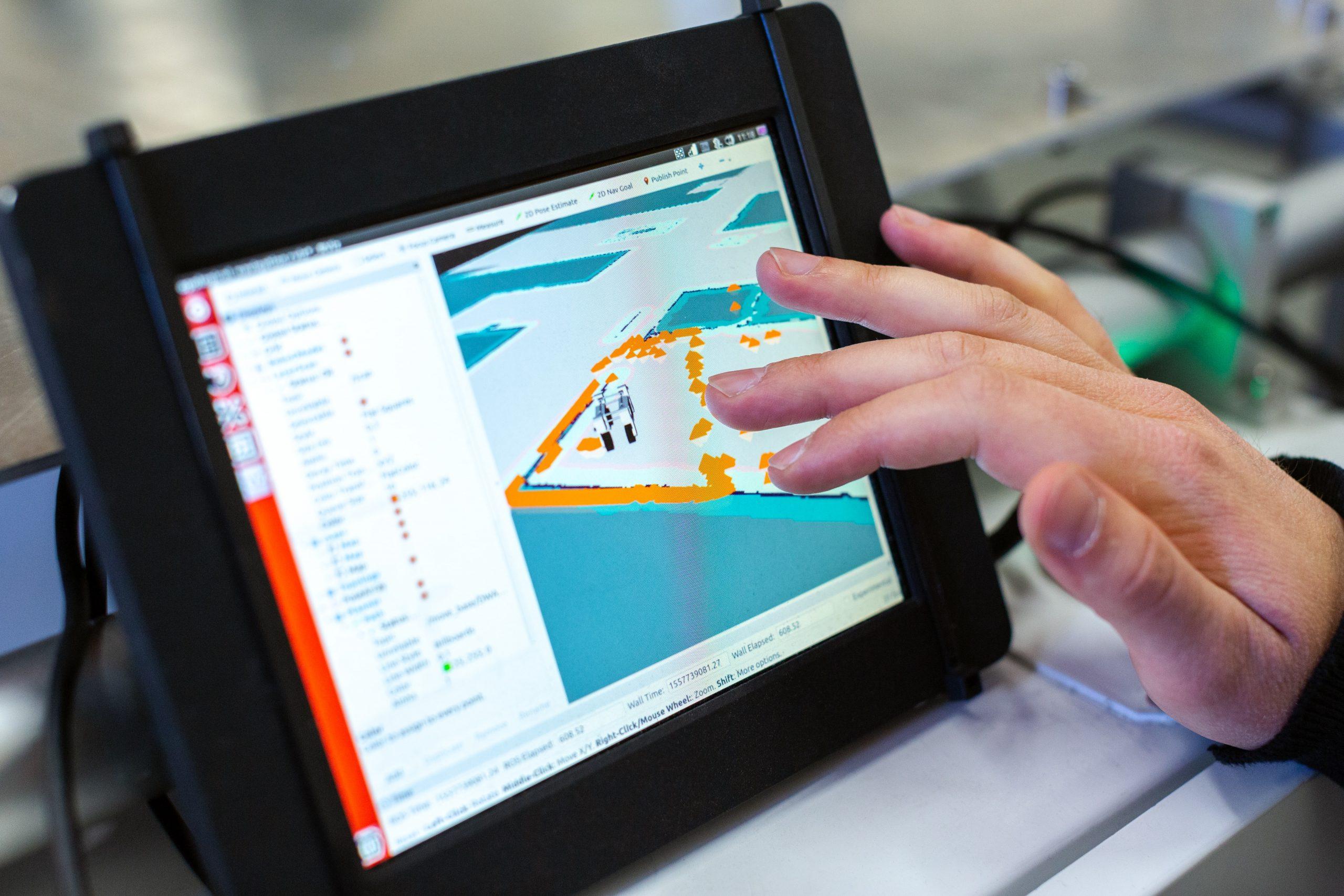 Persona utilizando tablet para el trabajo
