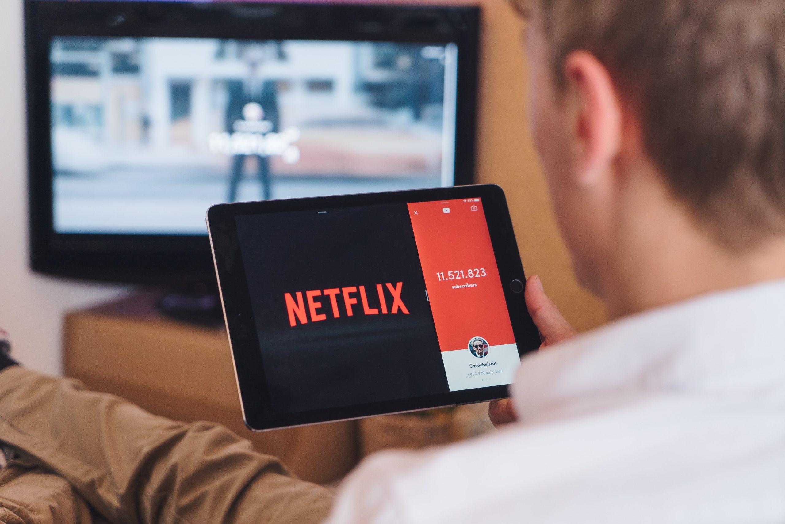 Persona viendo netflix en tablet