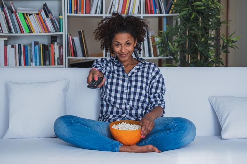 mujer encendiendo el tv