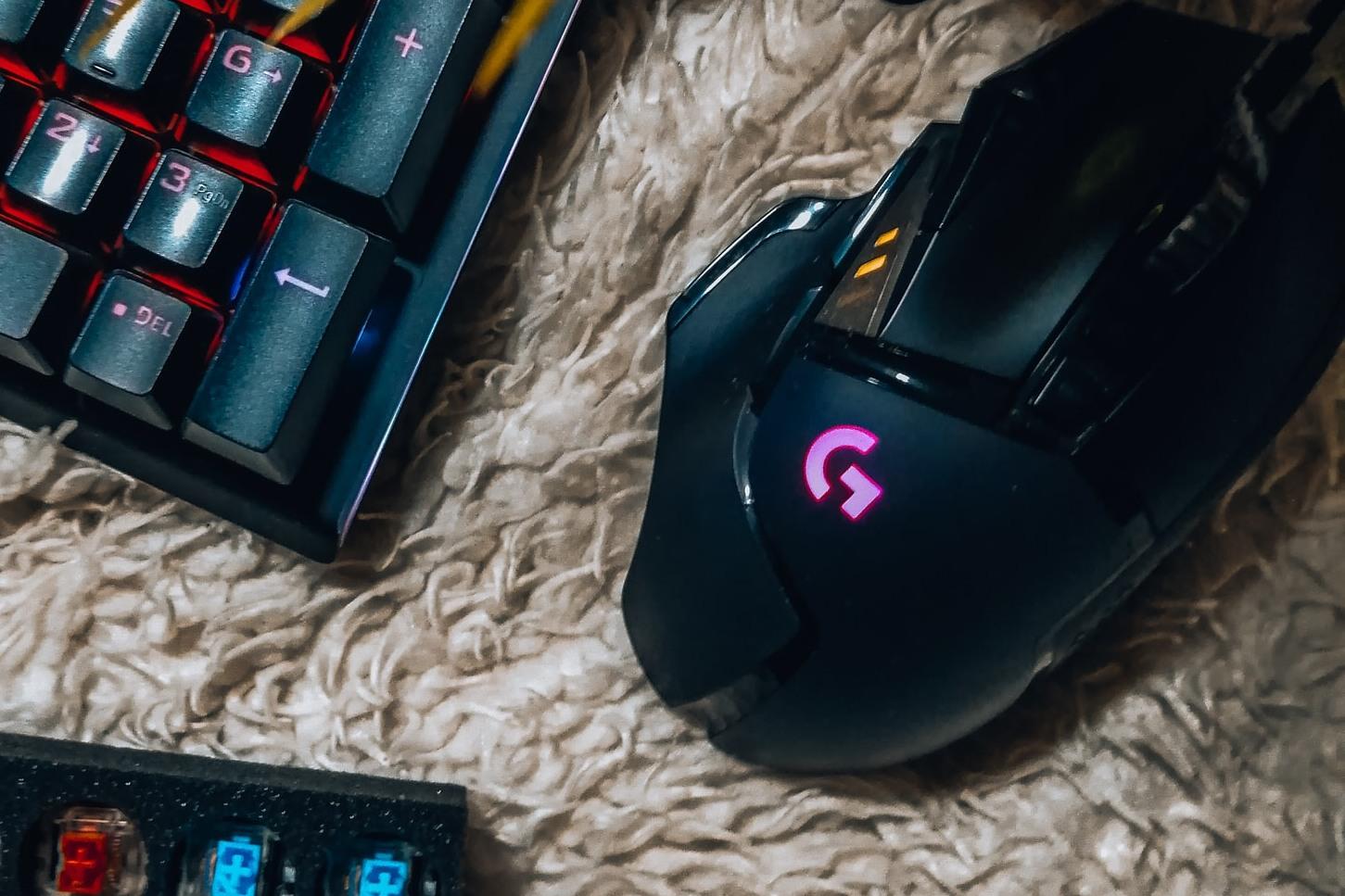 mouse gamer en alfombra