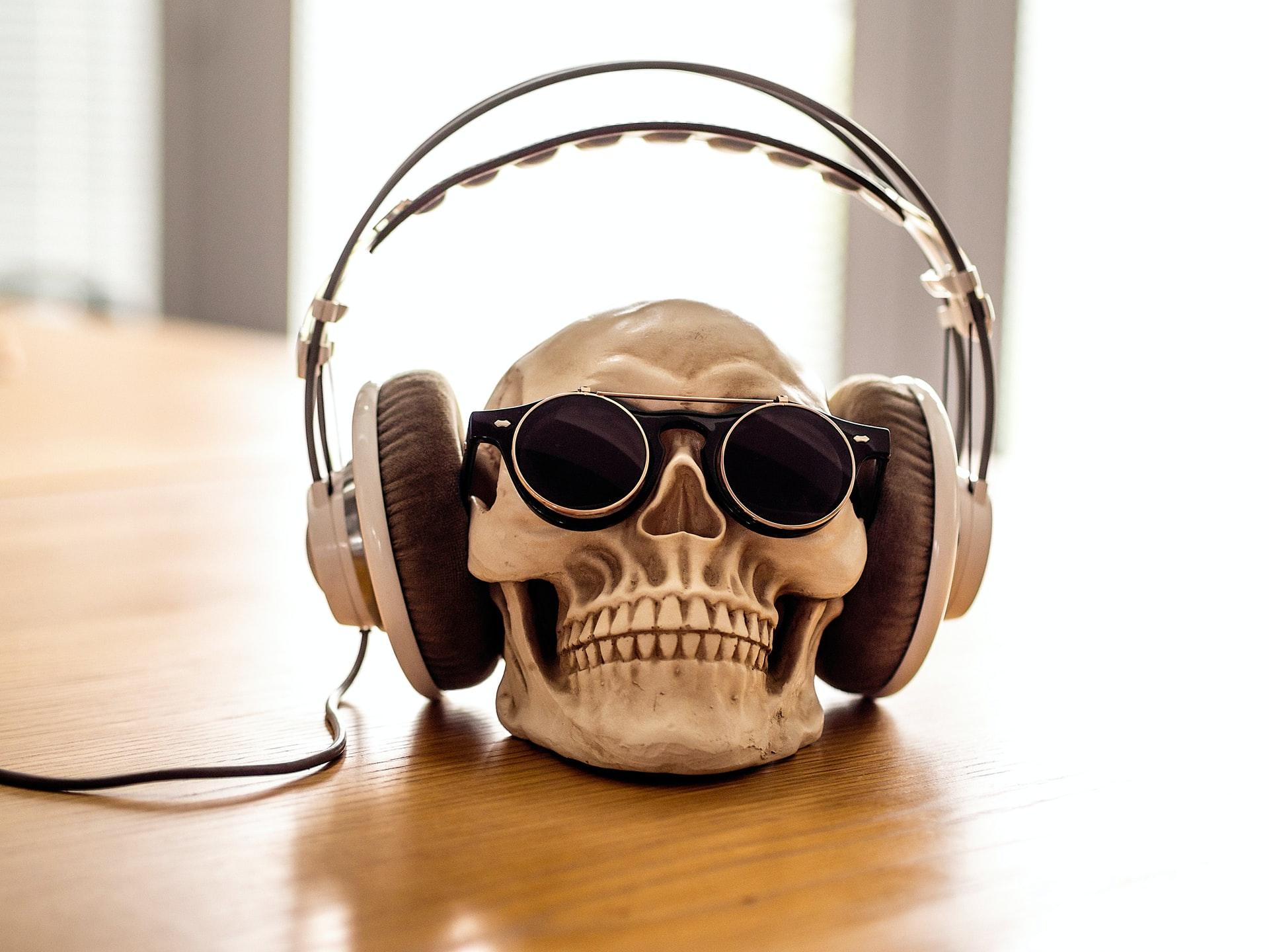 cráneo con auriculares