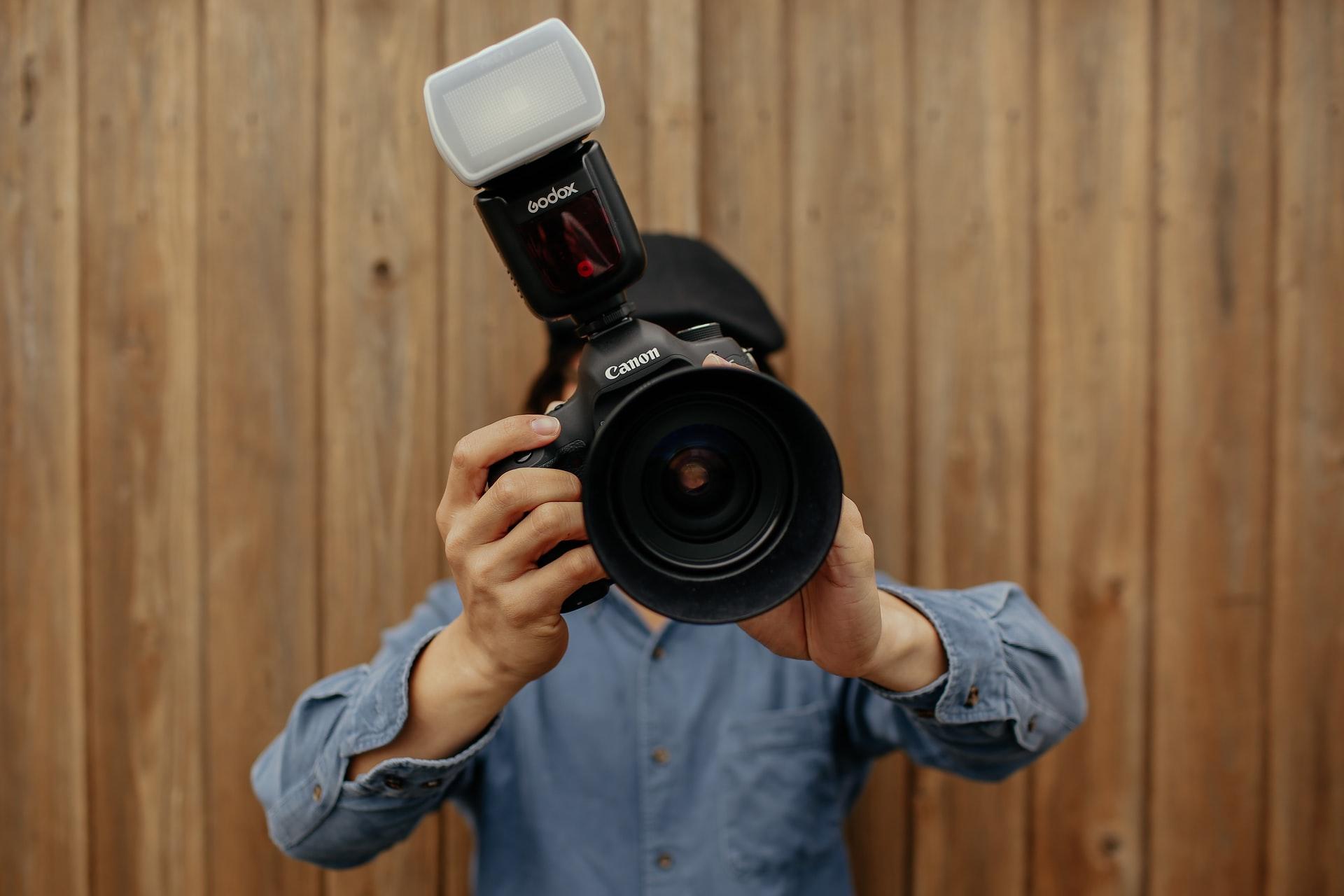 chico tomando fotografía