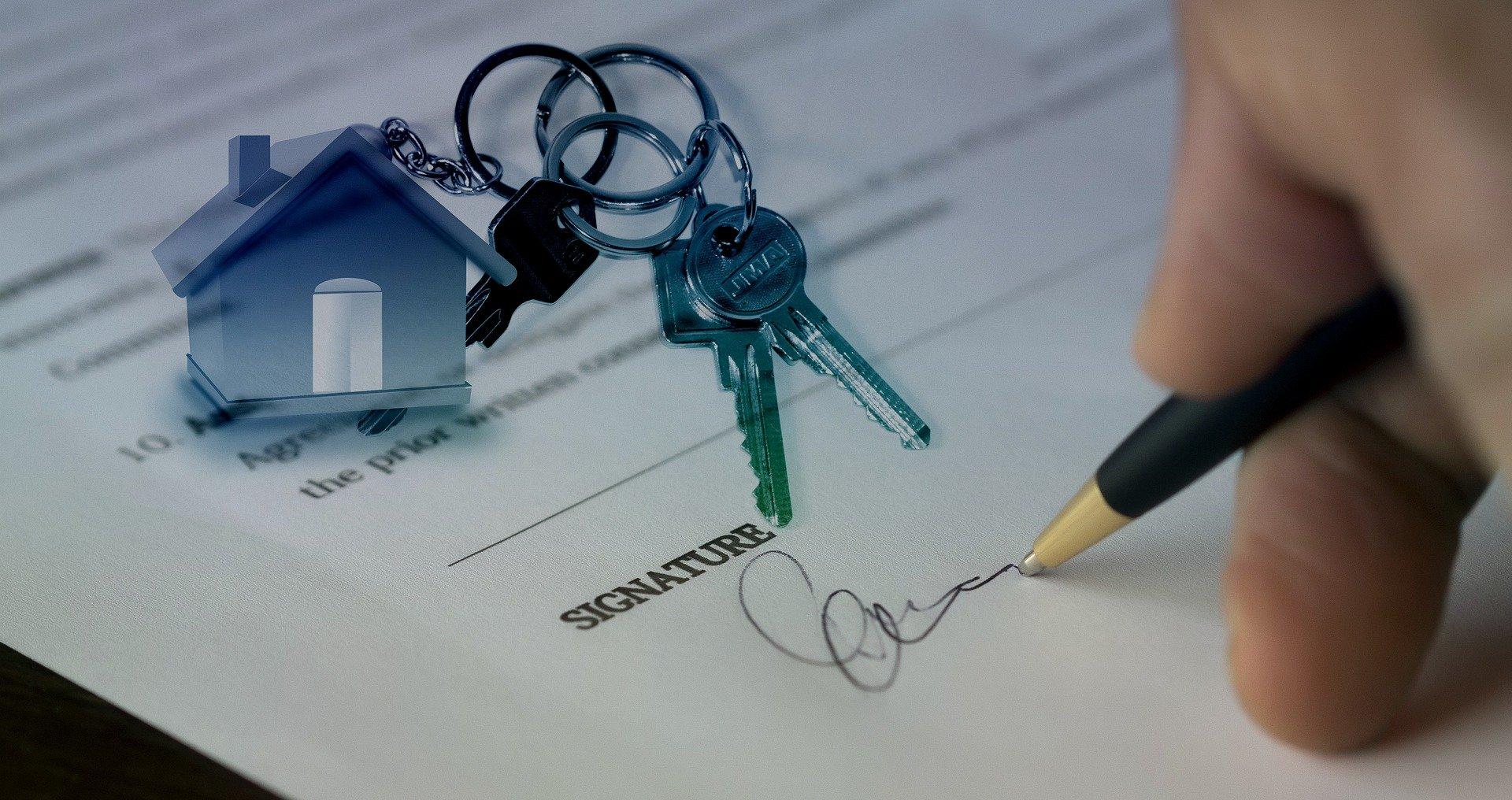 firmando contrato de casa