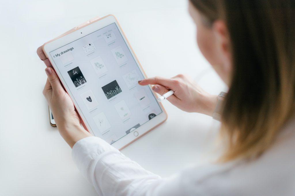chica diseñando en tablet