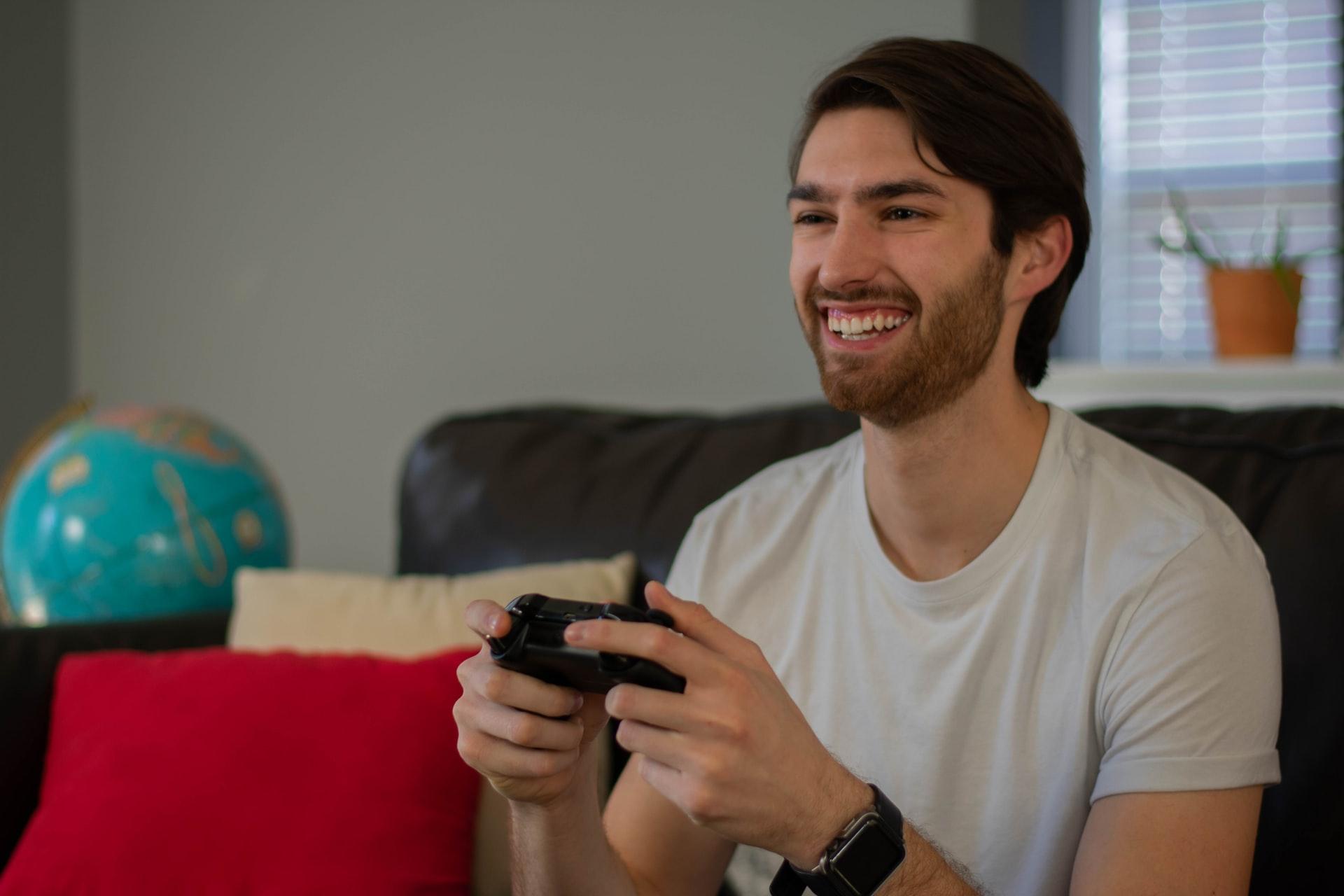 chico jugando con playstation