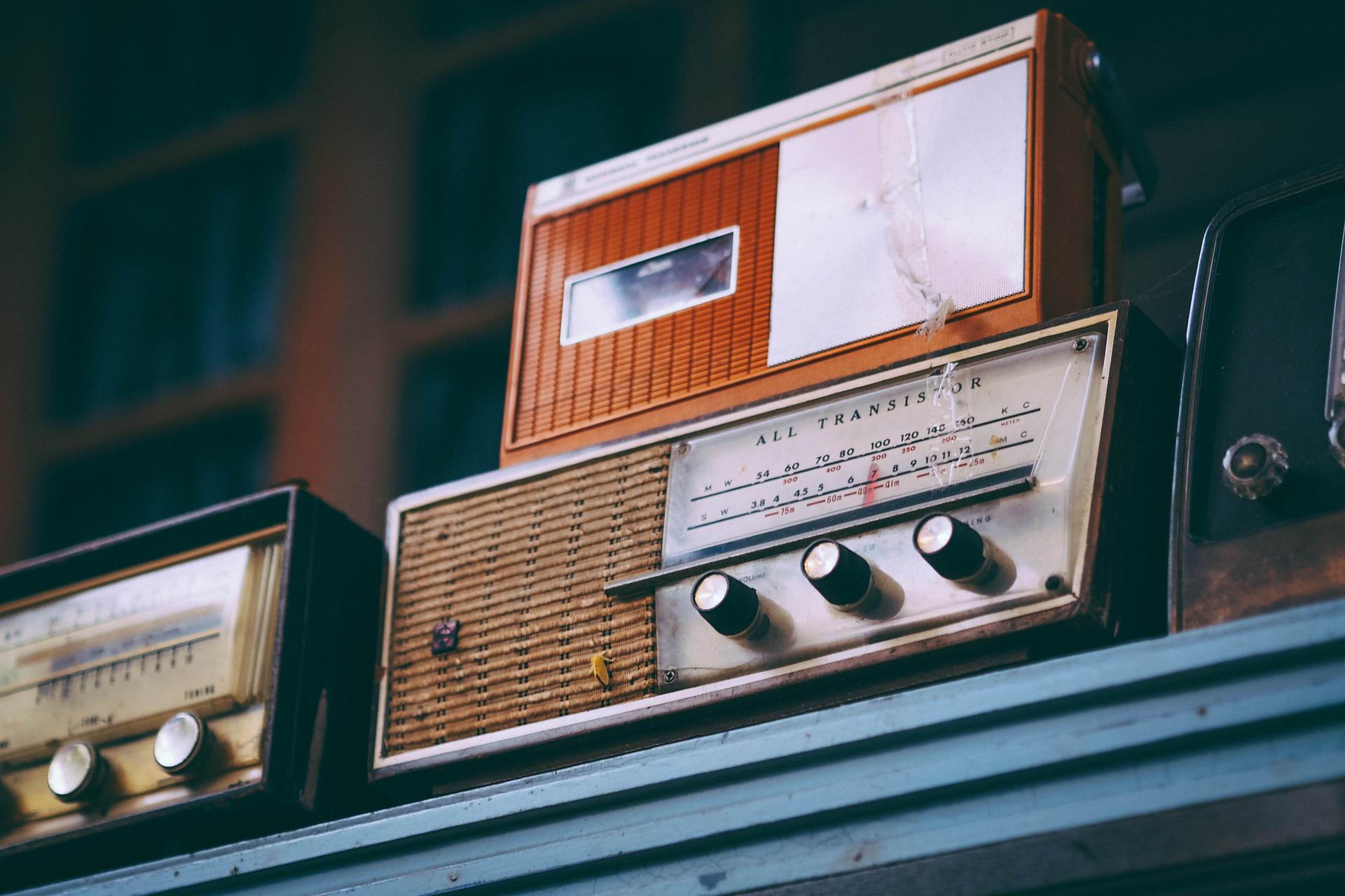 radio antigua en estanteria