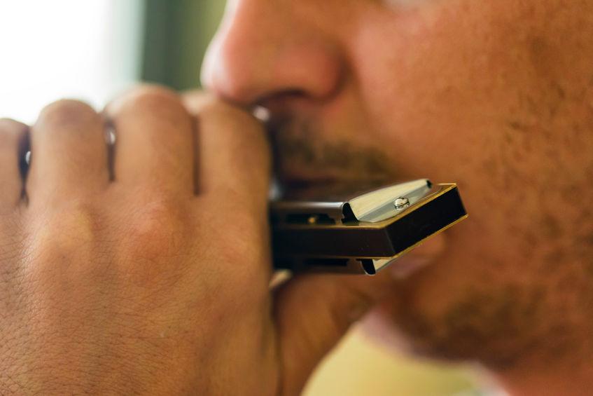 hombre tocando armonica