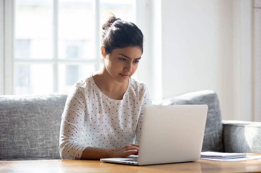 chica trabajando en computadora