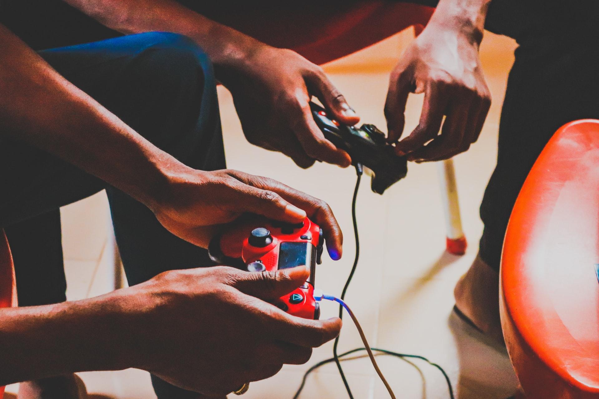 amigos jugando con playstation