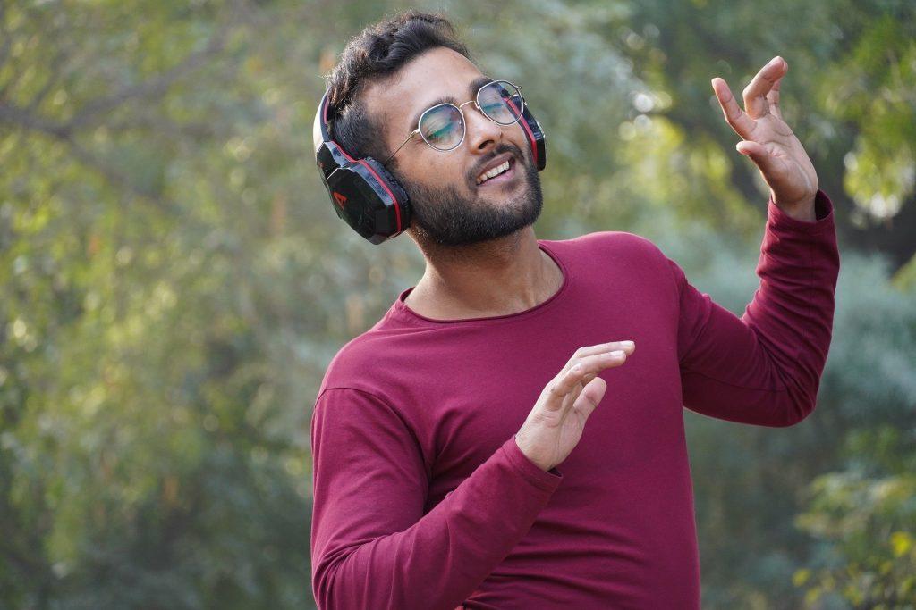 chico disfrutando de la musica