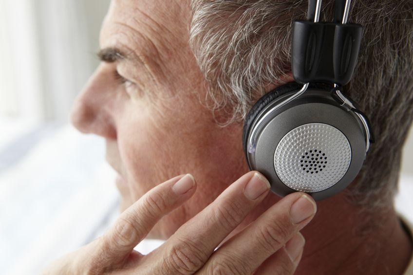 hombre de mediana edad con auriculares