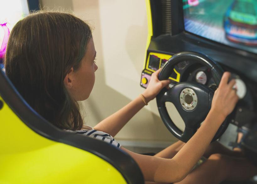 chica conduciendo en simulador