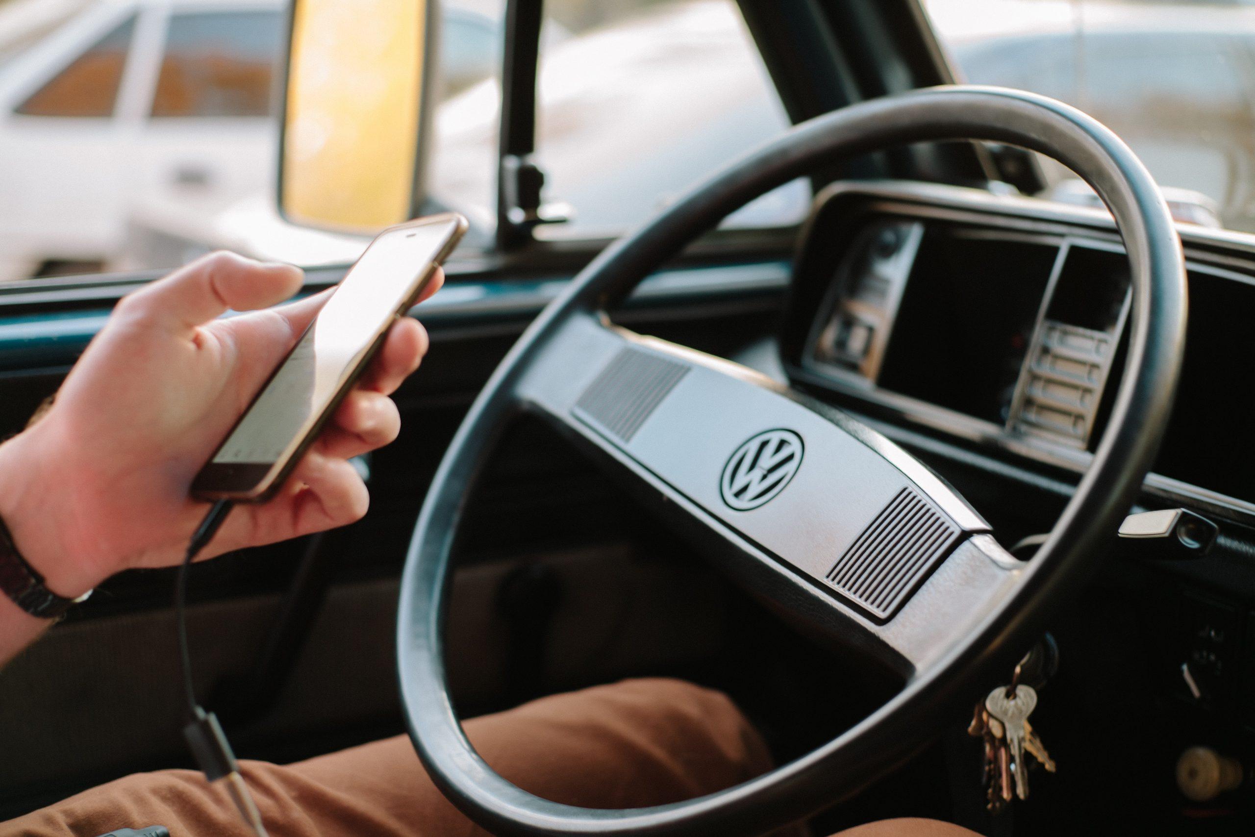 auto clasico y celular
