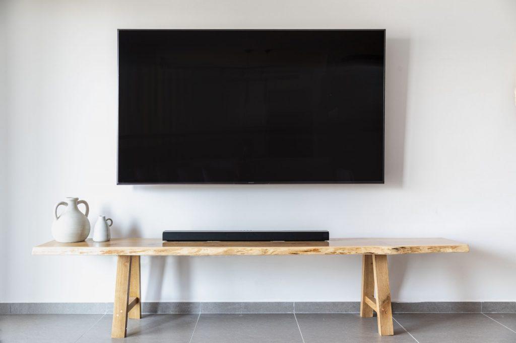 barra de sonido frente televisor