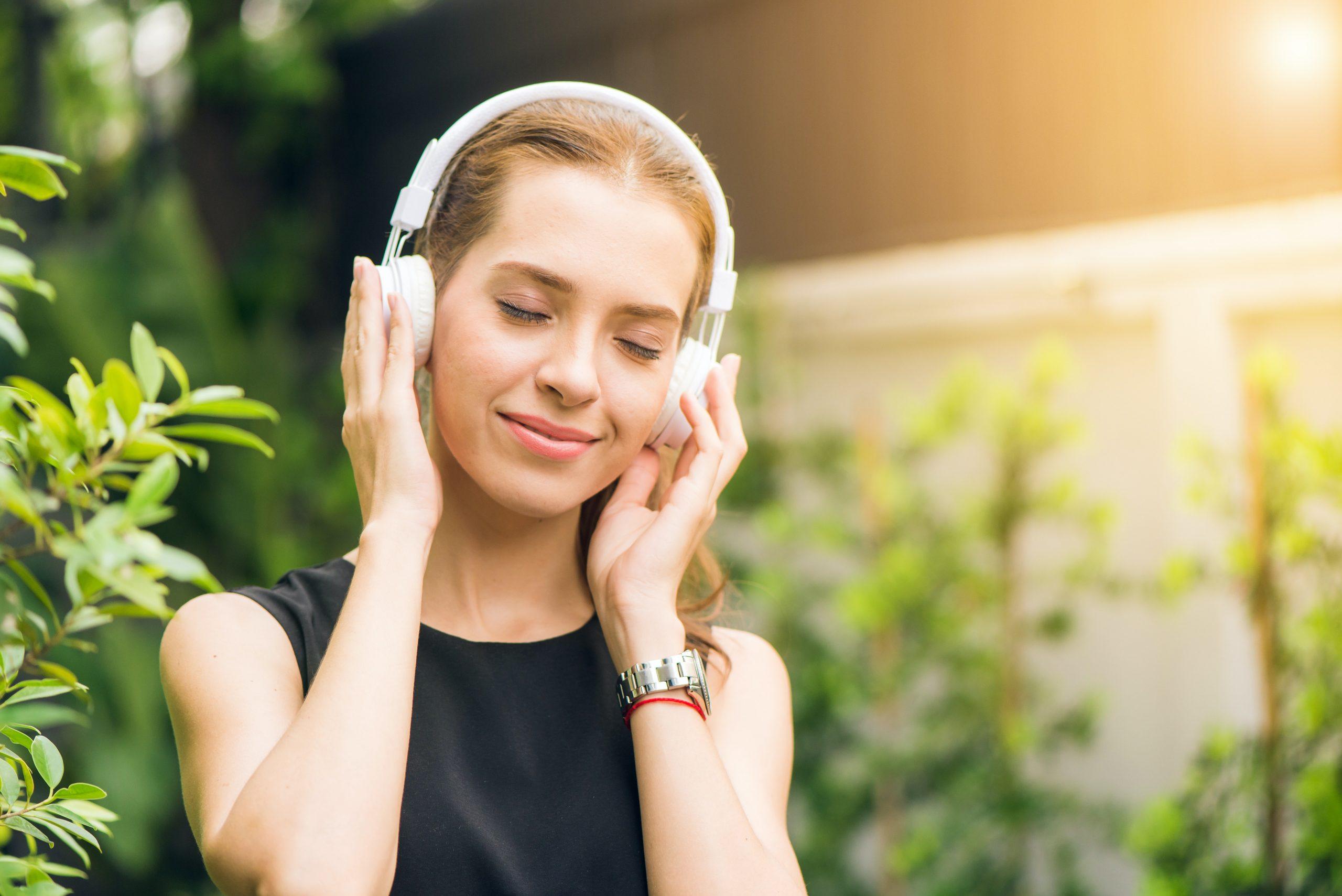 chica escuchando musica