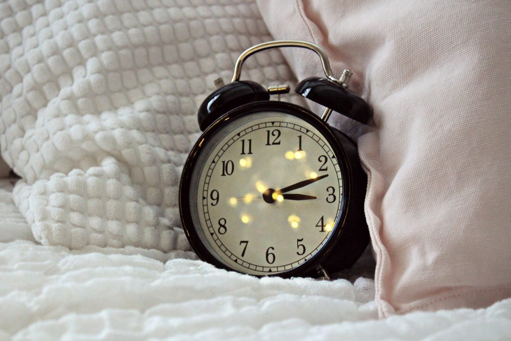 Reloj con almohadas alrededor