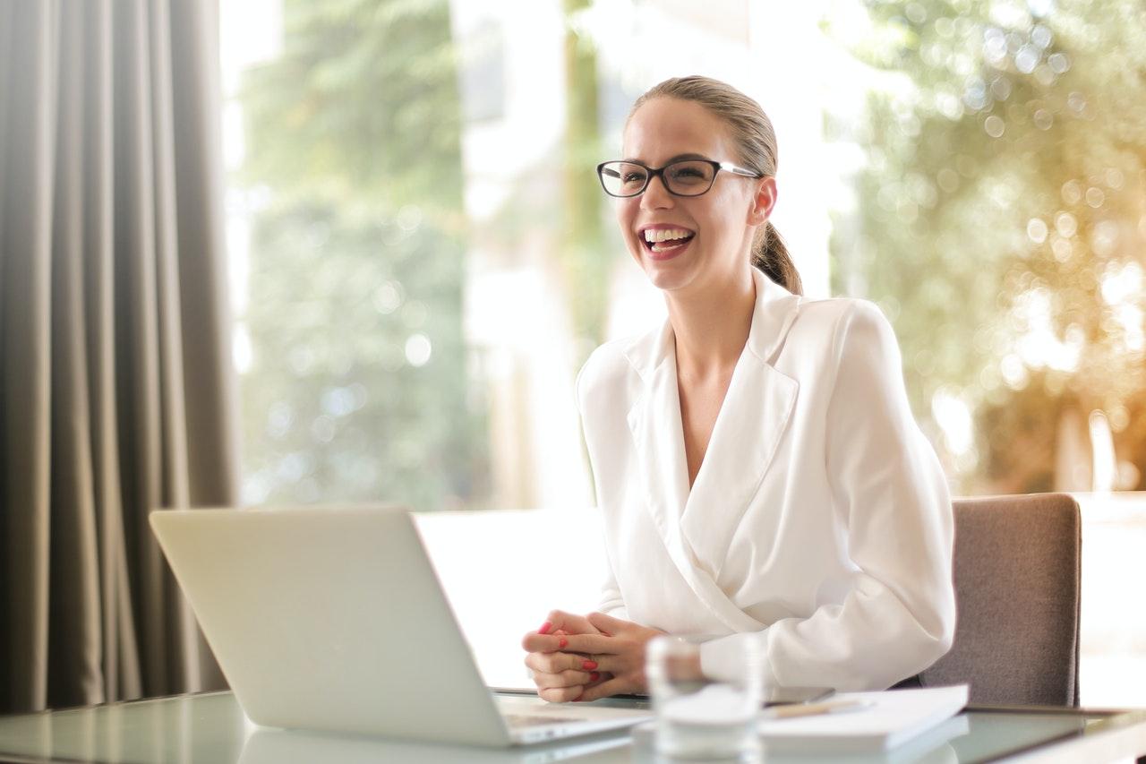 Mujer sonriente usando gafas