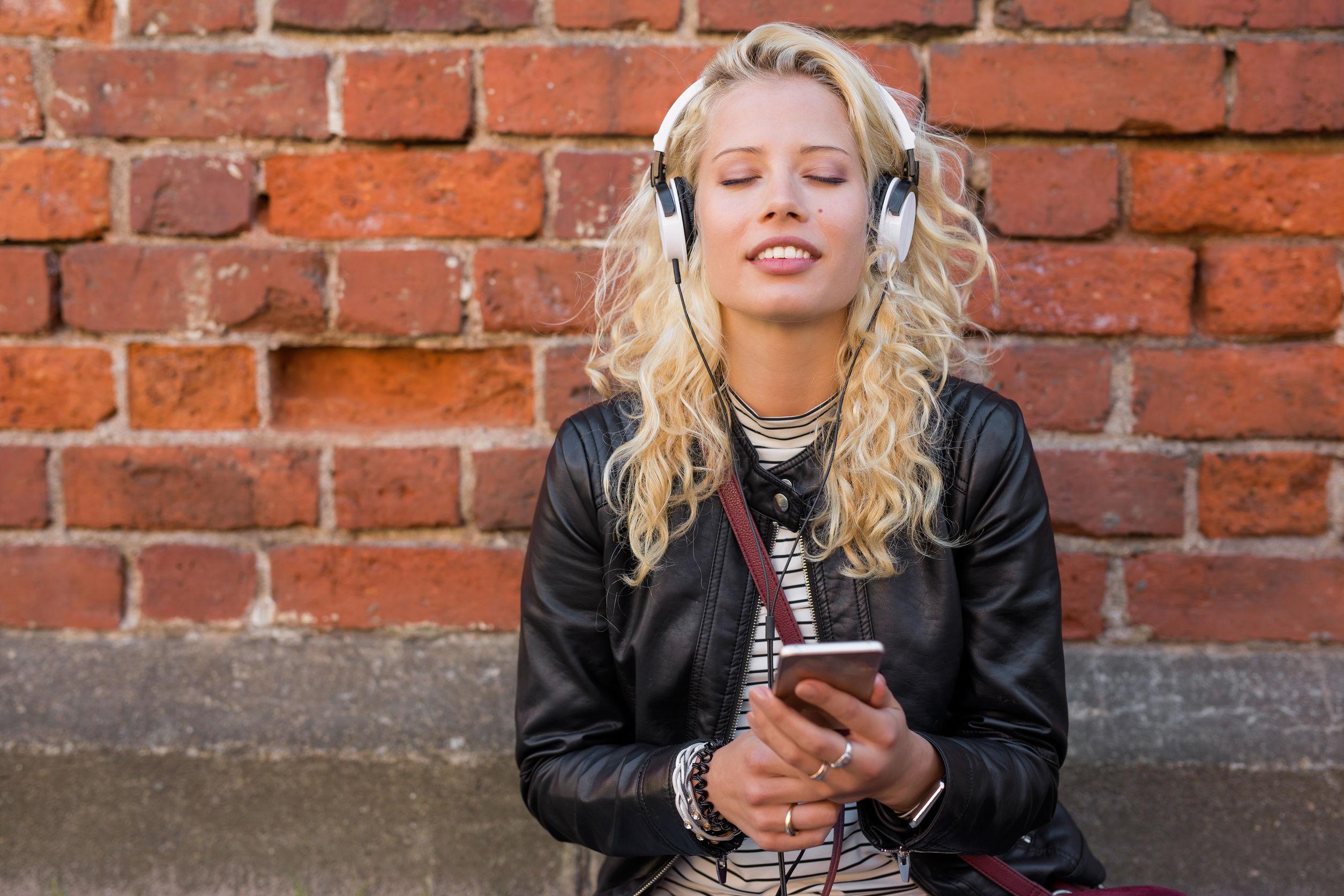 Joven disfrutando musica con auriculares
