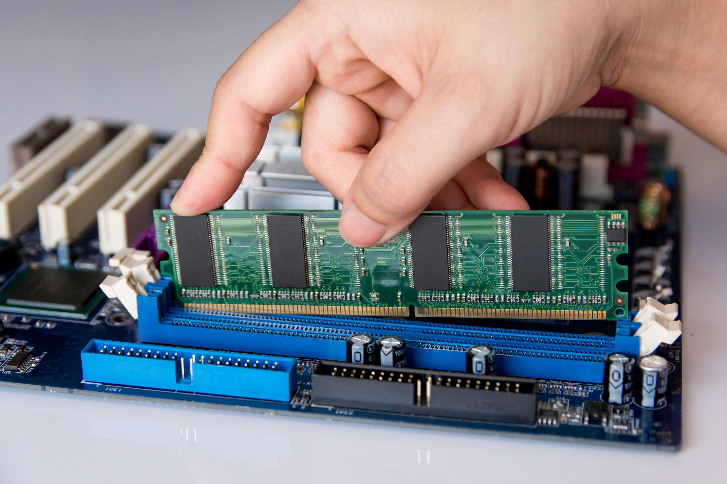 Módulo de memoria RAM instalada en la placa base del ordenador