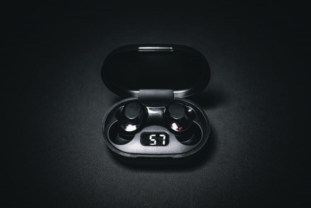 Imagen de auriculares bluetooth en fondo negro
