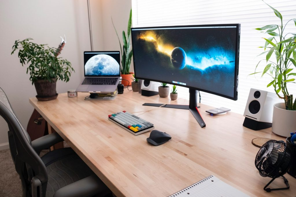 Monitor curvo sobre mesa
