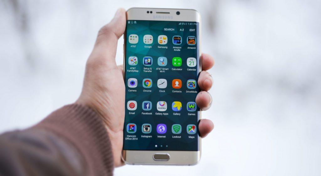 Mnao sosteniendo smartphone blanco