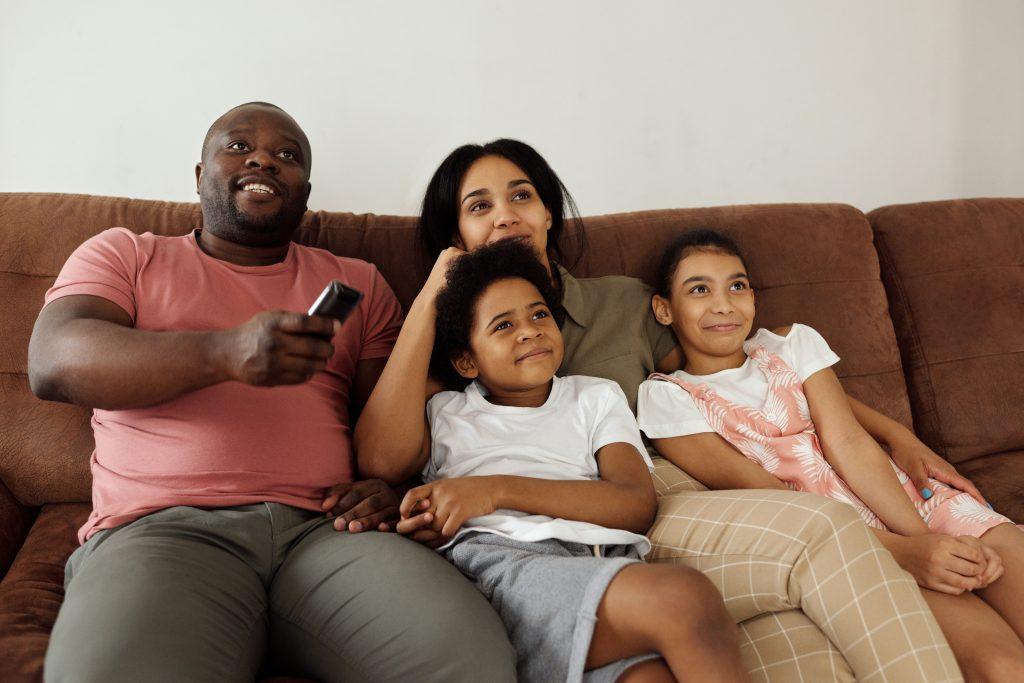 Familia viendo TV
