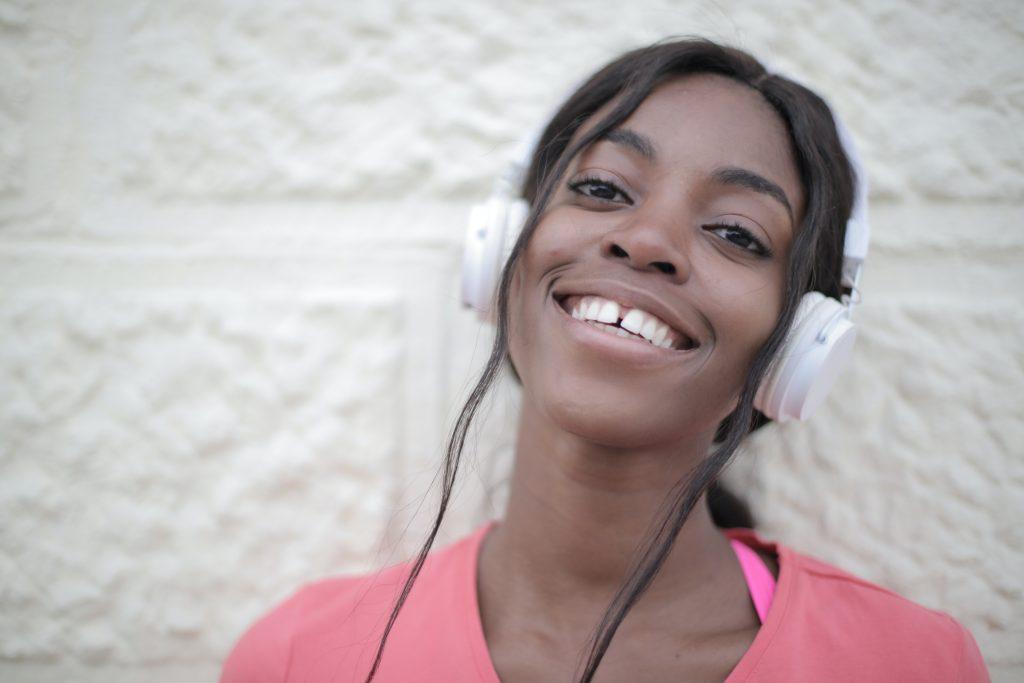 Mujer con auriculares de diadema blancos