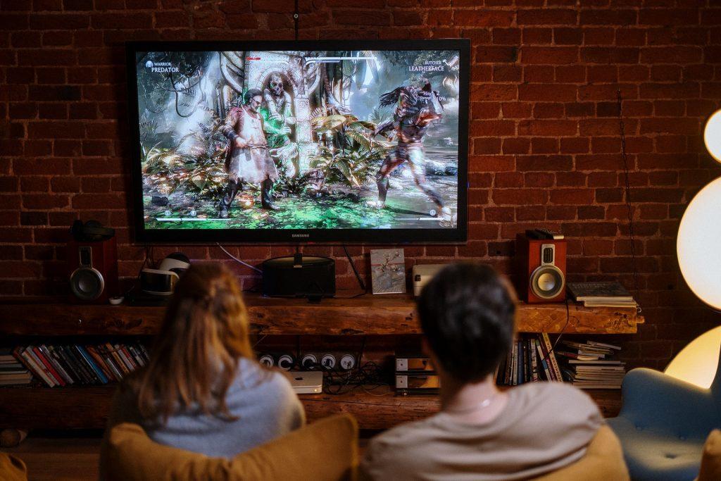 Dos personas mirando la TV