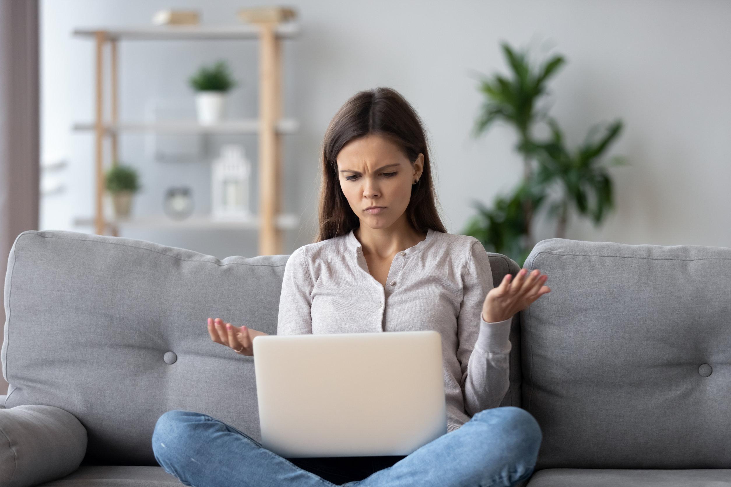 Mujer cansada de las interferencias de su conexión a internet
