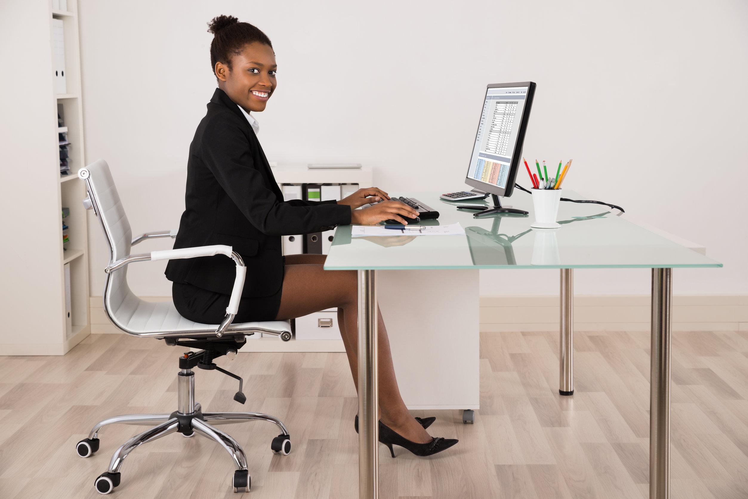 Joven empresaria feliz trabajando en equipo en la Oficina