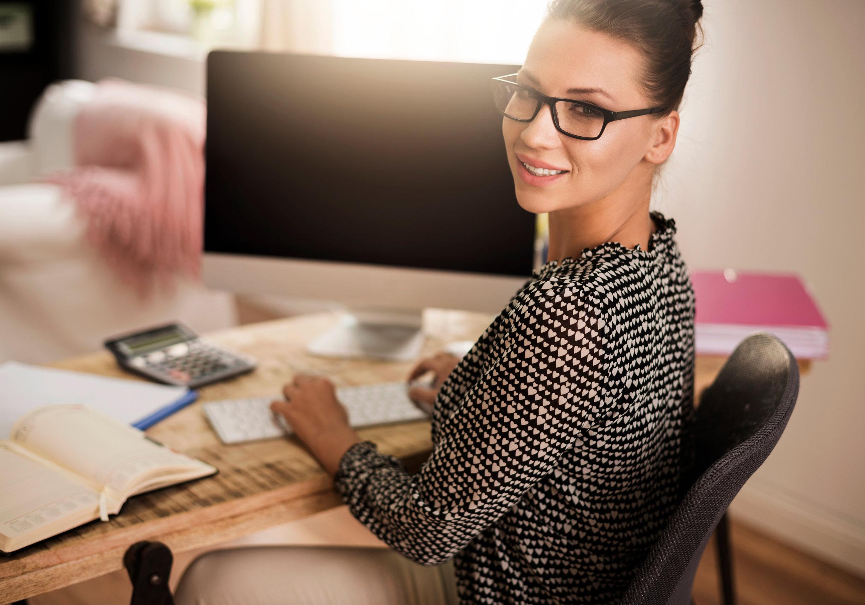 Mujer joven trabajando