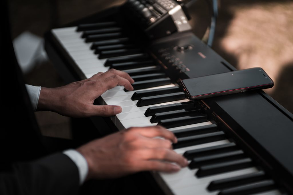 Tocando teclado Yamaha