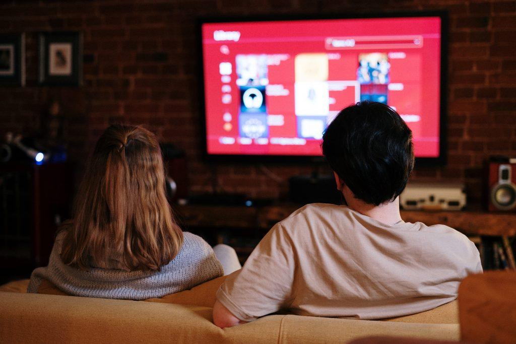 Una pareja en el sofá viendo la televisión