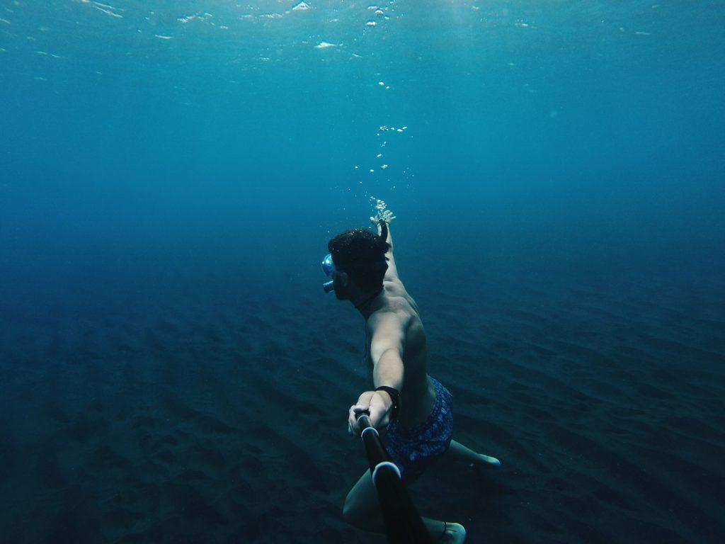 Imagen bajo el agua de chico buceando