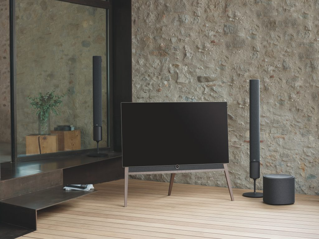 Televisión con tres altavoces